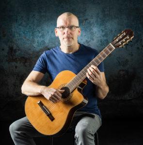 Bane Vejnovic spielt Gitarre